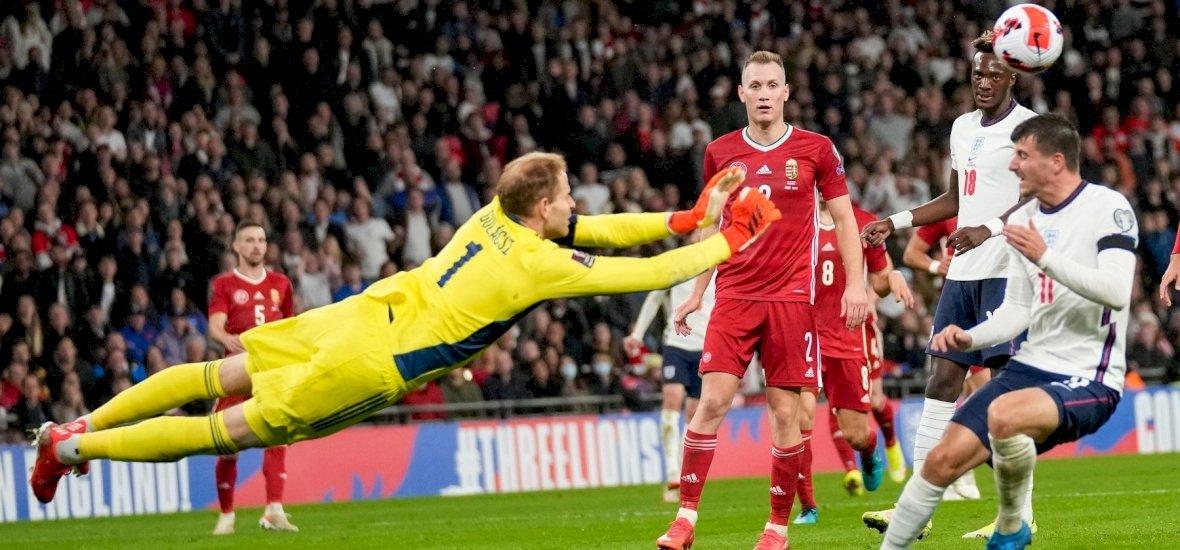 Nem fogod kitalálni, miket dobáltak az angolok a magyarok elleni meccsen a pályára