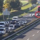 Horrorbaleset az M1-esen: fékezés nélkül hajtott egy autós a kocsisorba – videó