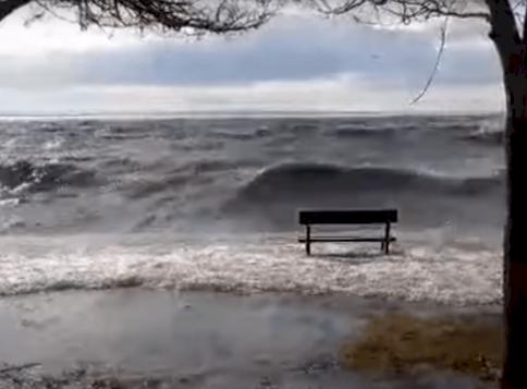 Megbillent a Balaton: Keszthelynél eltűnt a víz, Balatonakarattyán pedig elöntötte a partot - videó