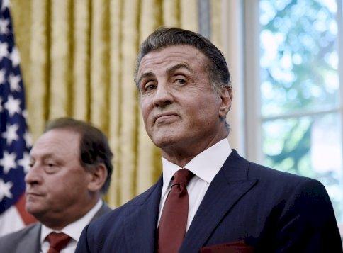 Sylvester Stallone ritkán látható öccse majdnem úgy néz ki, mint maga Sylvester Stallone - össze is kevernéd őket egy homályosabb szobában?