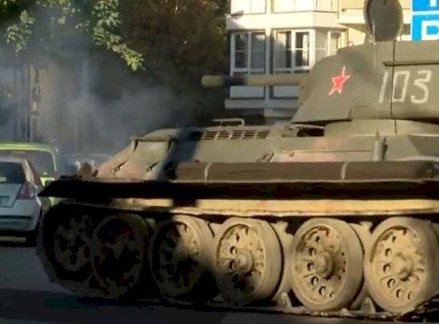 Mi történik Újpesten? Egy tank tört be a kerületbe
