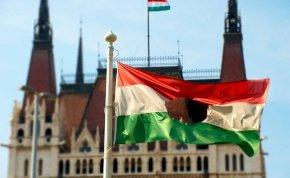 Kvíz: miért lyukas az 1956-os magyar zászló? Mit vágtak ki onnan?