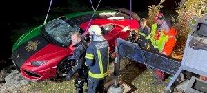 Pancser: összekeverte a pedálokat, tóba hajtott egy Lamborghinivel