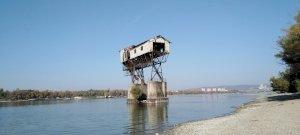 Mi ez a gigantikus építmény a Duna közepén Magyarországon, amely szinte úgy néz ki, mint egy Birodalmi lépegető?  - Elképesztő látvány, ahogy uralja a tájat