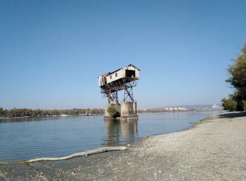 Mi ez a gigantikus építmény a Duna közepén Magyarországon?