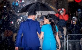 Esőben is elbűvölően nézett ki a Londonba visszatérő Meghan Markle