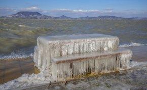 Meseszép a befagyott Balaton