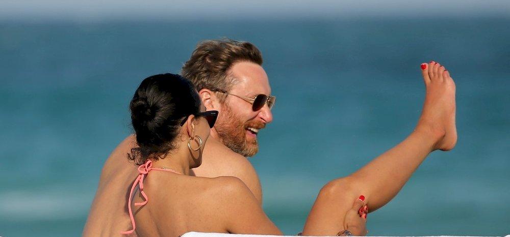 David Guetta és bombatestű barátnője Miami partján pihen