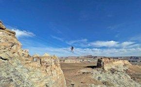 """Félelmetes """"églétrán"""" mászni a sivatag fölé  – te bevállalnád?"""