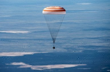 Látványos fotók, ahogy három űrhajós visszatér a Nemzetközi Űrállomásról