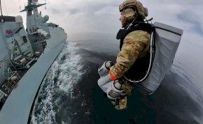 Ők az igazi szuperhősök, akik jetpackkel kalózokra vadásznak