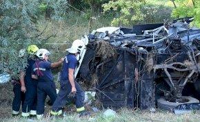 Szörnyű tragédia! Sokkoló képek az M7-es autópálya buszbalesetéről