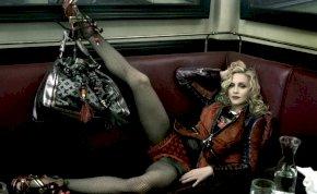 Madonna egy hancúrlécet puszilgat: korhatárosra sikerült a születésnap - 18+