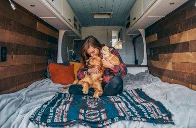 Irigylésre méltó bátorság: szakított a pasijával, és azóta a két kutyájával utazgat egy furgonban ez a 26 éves lány – fotók