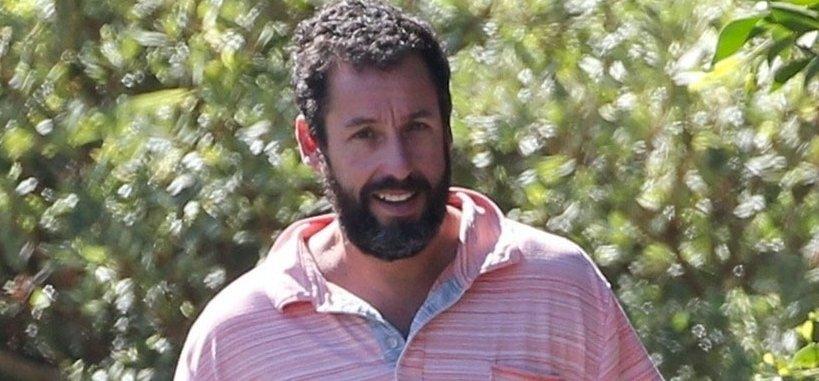 Adam Sandler olyan átlagosan néz ki kutyasétáltatás közben, hogy simán elmennénk mellette az utcán – lesifotók
