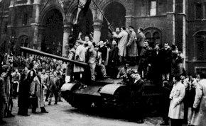Megrázó képek az 1956-os forradalomról, ami ma 65 évvel ezelőtt vette kezdetét – 18+