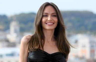 Angelina Jolie még mindig elképesztően dögös: a ruháján átütő mellbimbóival népszerűsíti az új filmjét – képek