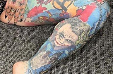 A szexi MILF lábai között sorakoznak a szuperhősök
