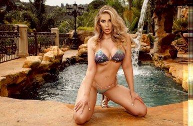 Az óriási mellű Playboy-modell egyszerűen nem tud leállni a plasztikai műtétekkel – 18+ képek