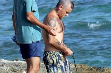 Az énekes Robbie Williamsnek már kezd kicsit aputeste lenni – lesifotók