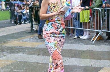 Gigi Hadid szó szerint elkezdett cumizni egy divatbemutatón – galéria