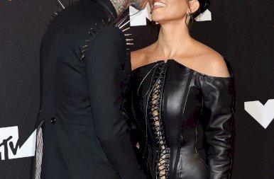 Kourtney Kardashian olyan nyelves csókot adott a pasijának, hogy még a fal is beleremegett – képek