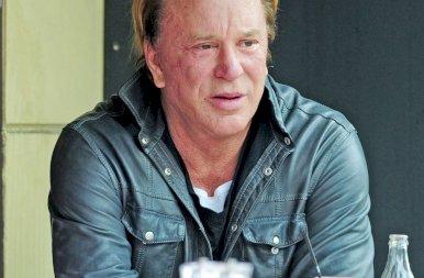 Egykor Hollywood szépfiúja volt, de ma már csúf szörnyetegnek tartják – Így néz ki most a 69 éves Mickey Rourke!