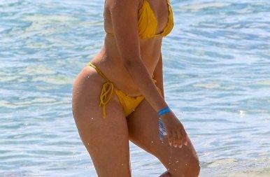 Ebben a morcos arcban minden benne van: Camila Cabello bikinis lubickolását tönkretette egy paparazzo – képek