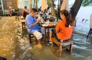 Hiába az árvíz, az étterem nem akar bezárni – fotók