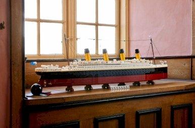 """Megérkezett a Lego Titanic, ami """"csupán"""" egy használt autó áráért a tiéd lehet – fotók"""