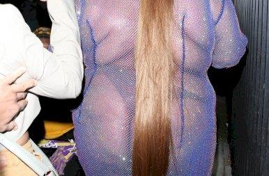 Lizzo bevállalta: teljesen átlátszó ruhában jelent meg Cardi B születésnapi buliján – 18+ képek